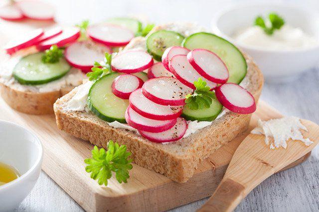 Dünn bestrichen mit Butter, Margarine oder Magerquark lassen sich die Brote mit Gemüsescheiben verfeinern.
