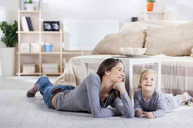 Mutter und Kind im Wohnzimmer