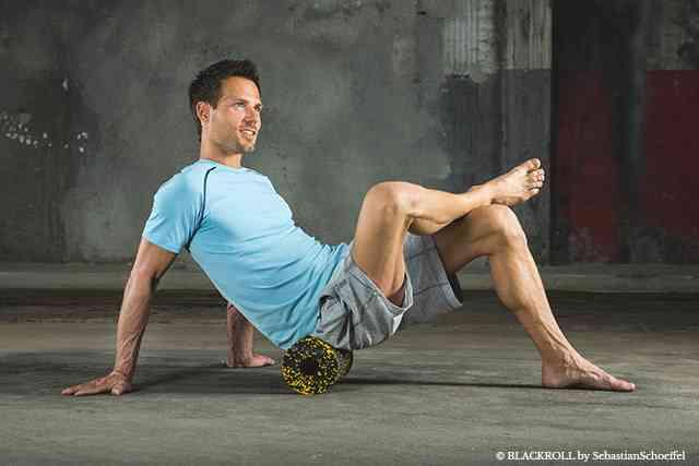Faszien-Training: Gesäß-Massage mit der Hartschaumrolle