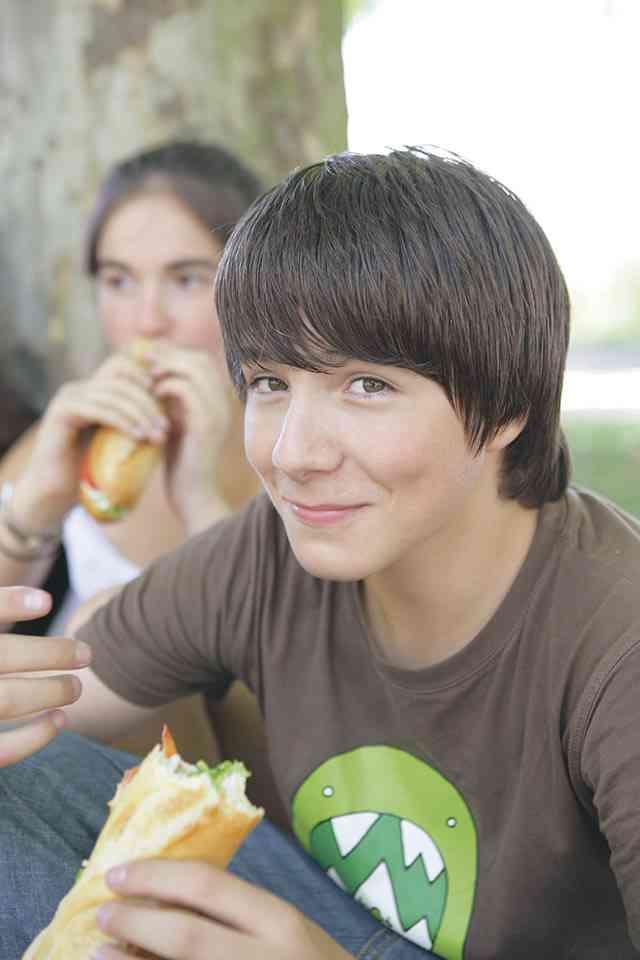 Jugendliche essen gerne schnell und eher ungesund, Eltern können trotzdem etwas für einen gesunde Ernährung tun.