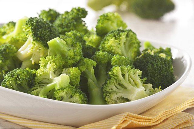 Brokkoli ist gesund und enhält wertvolle sekundäre Pflanzenstoffe, die gegen Heuschnupfen wirken.