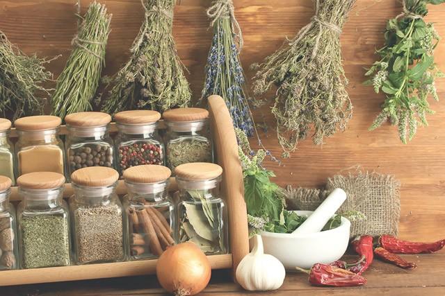Kräuter und Gewürze sind gesunde Salz-Alternativen