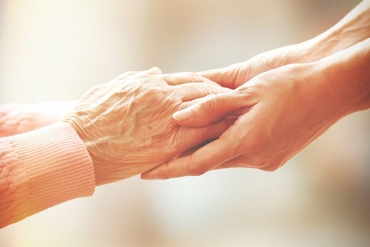 Bei der Pflege von Angeörigen ist gesunde Ernährung im Alter besonders wichtig.
