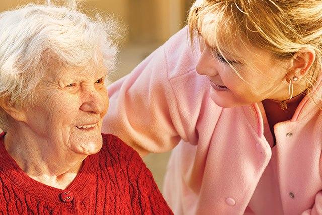 Gesunde Ernährung im Alter ist bei der Pflege von Senioren oft nicht leicht umzusetzen.