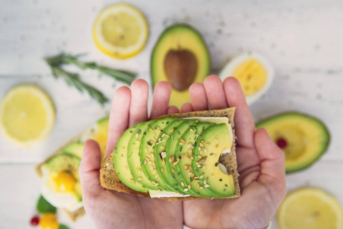 Gesund zunehmen gelingt zum Beispiel mit Avocados, Nüssen und Öl.