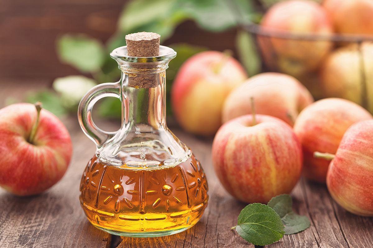 Apfelessig ist ein beliebtes Hausmittel gegen viele Beschwerden.