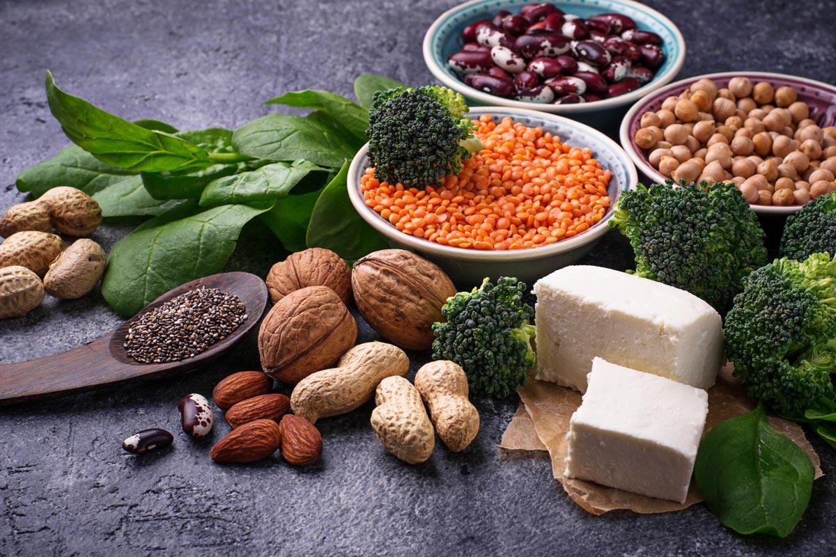 Linsen, Bohnen, Nüsse, Spinat und Brokkoli liefern pflanzliches Eiweiß.