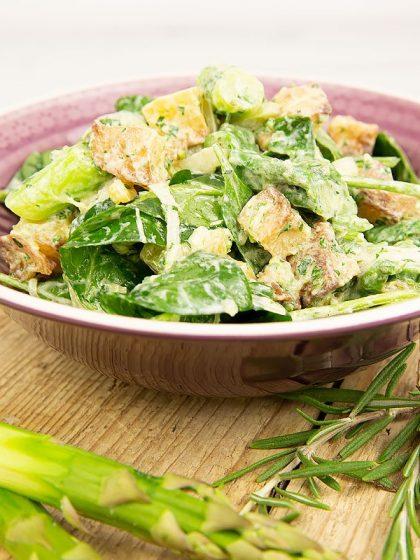 Rezept für Ofenkartoffel-Salat mit Spargel und Spinat - reich an Folsäure