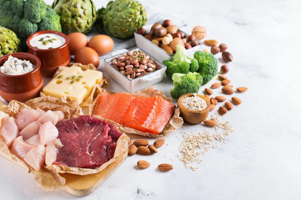 Vitamin B6: Vollkorn, Lachs, Brokkoli und Nüsse liefern viel davon.