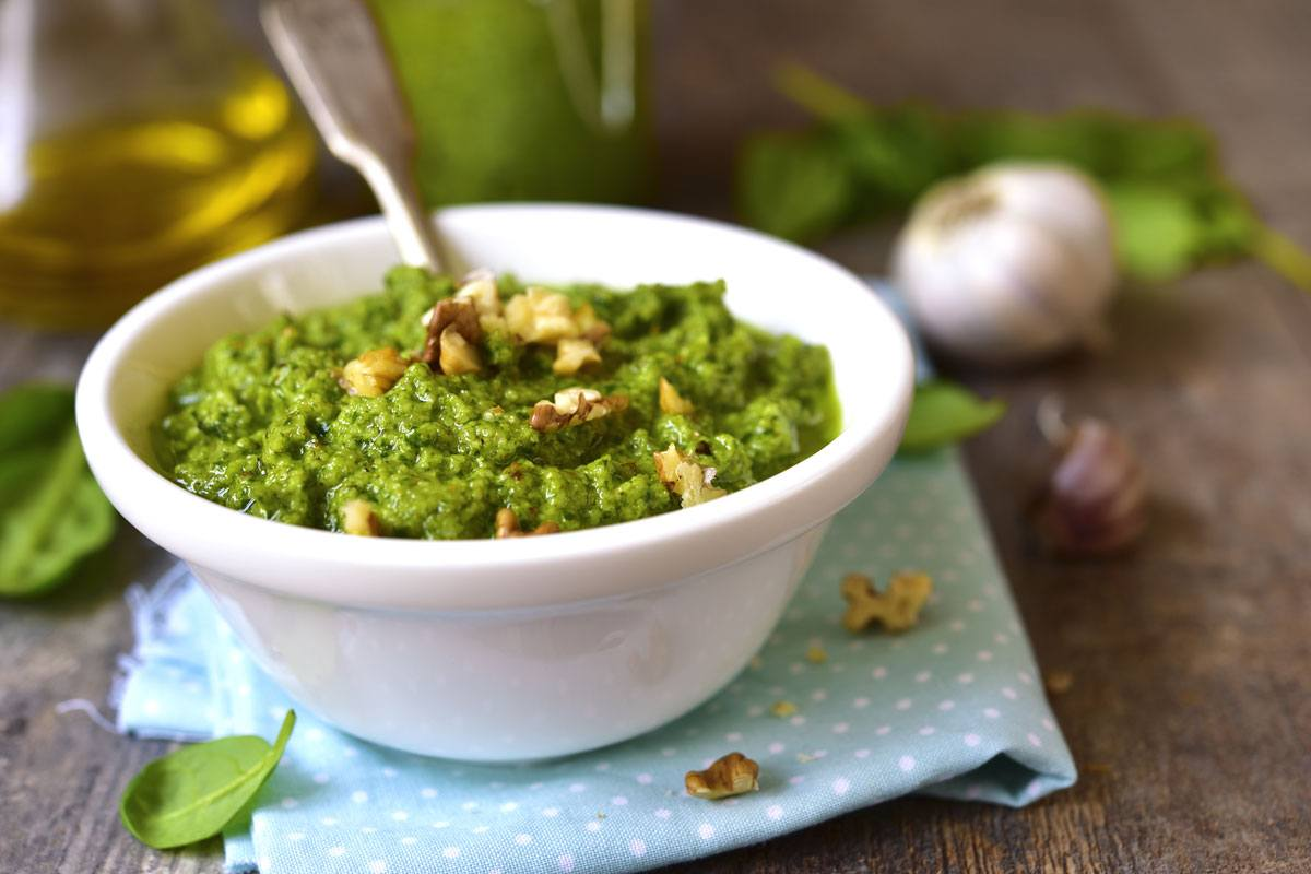 Walnusspesto: Nicht nur lecker und schnell zubereitet, sondern auch eine gute Quelle für Vitamin B6.