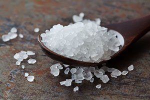 Weiß, klein und rundlich: Wasserkefir-Kulturen sehen aus wie Salz.