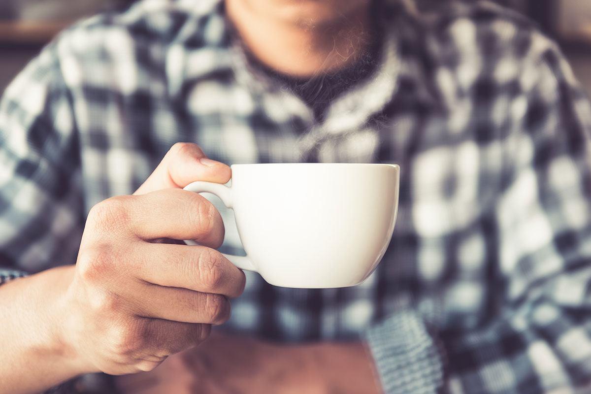 Kaffee als Wachmacher während der Schichtarbeit? Lieber jede Stunde einige Schlucke als ein großer Becher auf einmal.