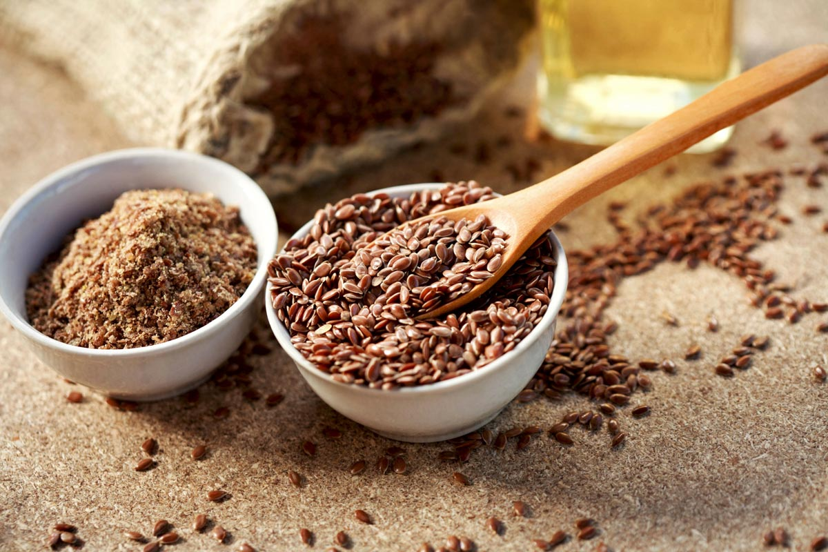 Geschrotete Leinsamen quellen im Darm und regulieren die Darmtätigkeit.
