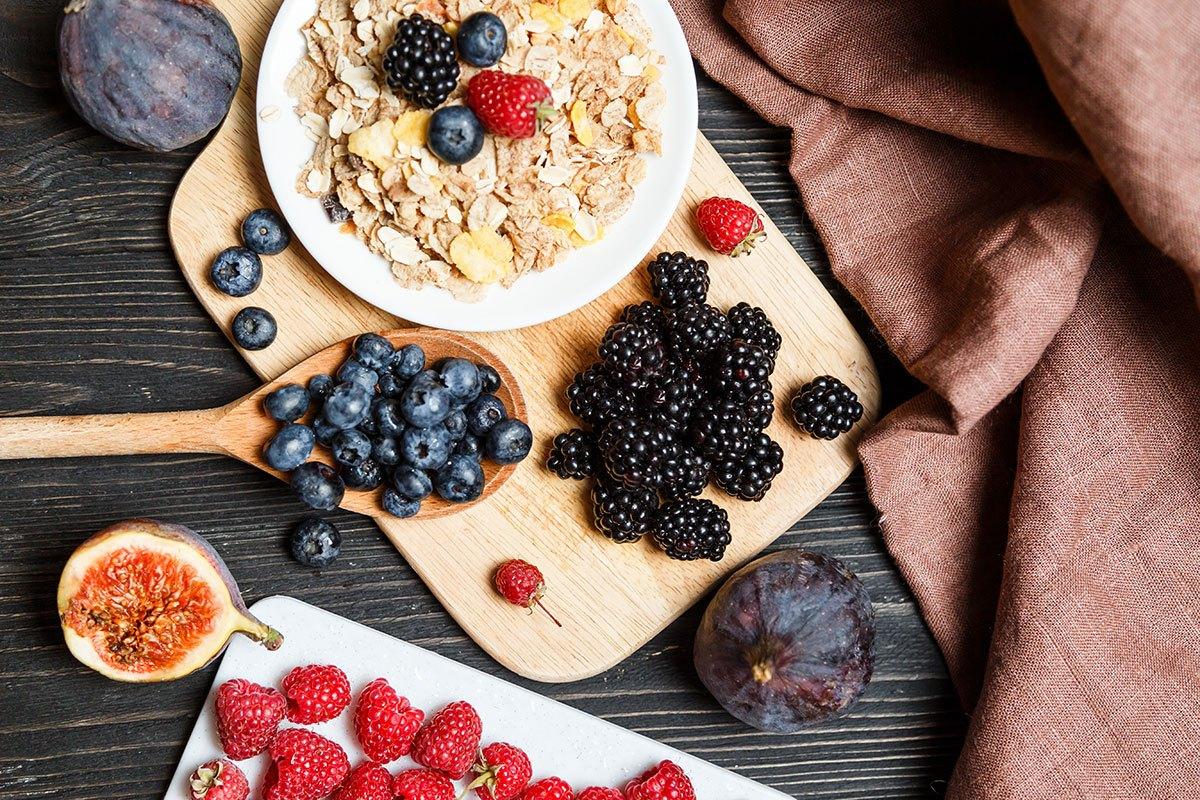 Haferflocken, Feigen und Beeren: Diese Lebensmittel liefern extra viel Zink.